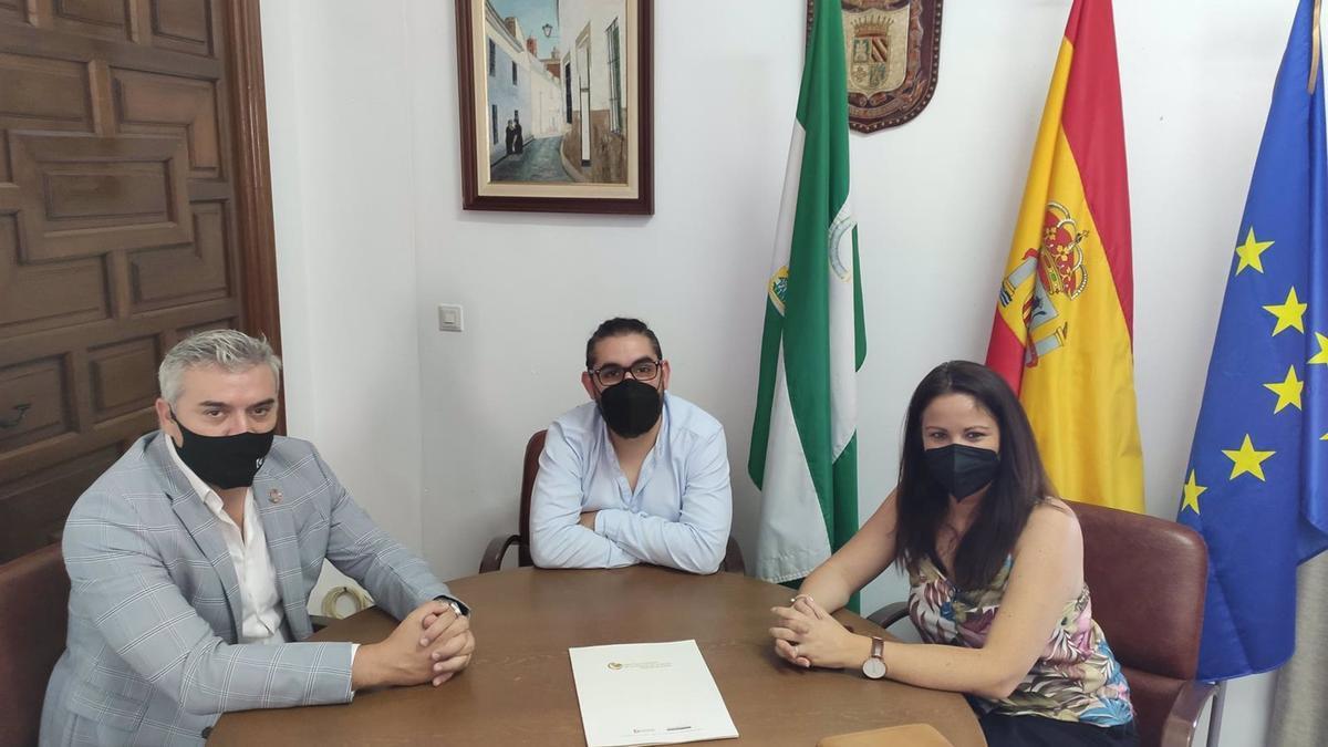 El presidente de la Agencia Provincial de la Energía de la Diputación de Córdoba, Víctor Montoro (izda.), en su encuentro con la alcaldesa de Fuente Obejuna, Silvia Mellado.