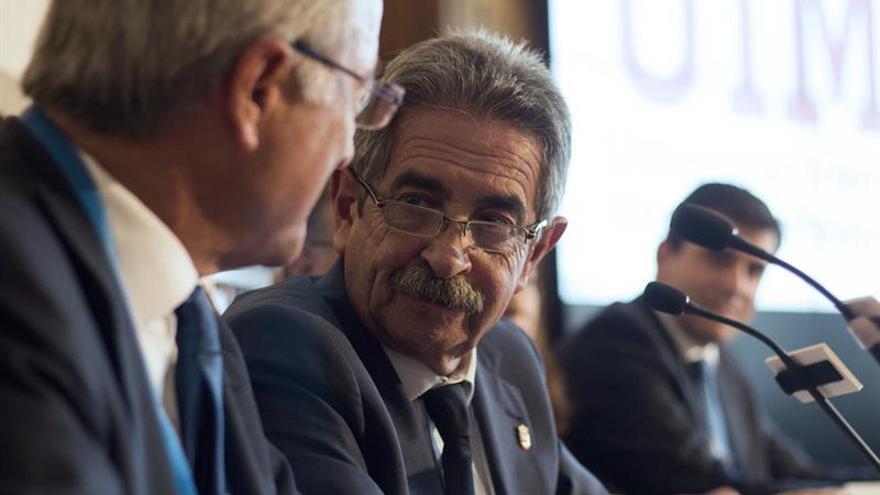 Revilla pide estabilidad en las instituciones tras las primarias del PSOE cántabro