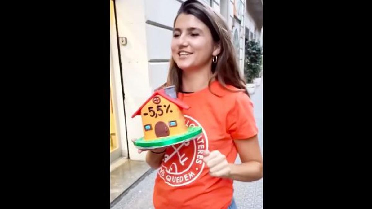 Una activista del Sindicato de Inquilinos con el pastel