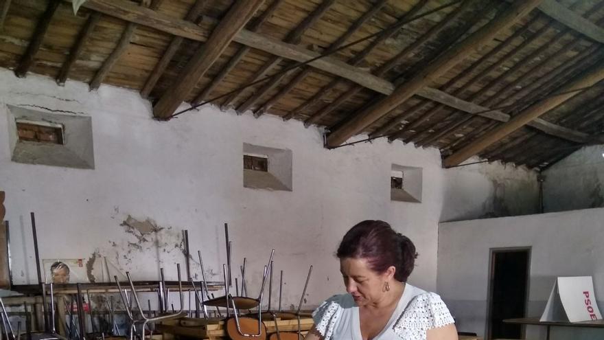 Eva Pérez, votando en su agrupación de Valverde del Fresno