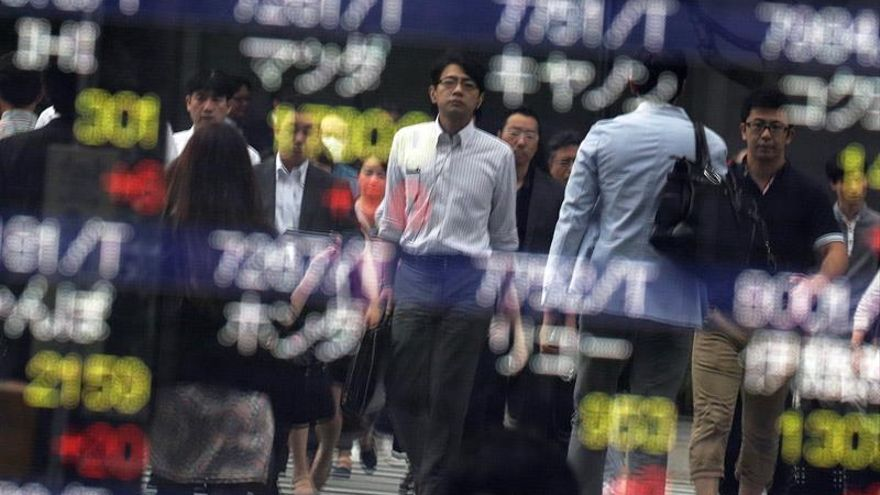 La Bolsa de Tokio arranca con pérdidas de más del 2 % por la subida del yen