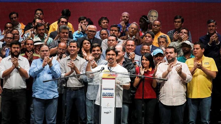 La oposición venezolana anuncia un gobierno de transición y eleva su presión contra Maduro