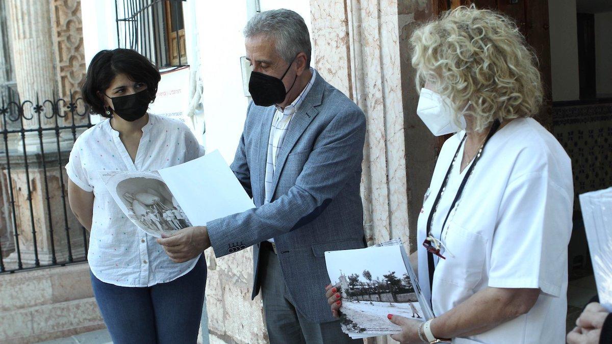 El alcalde hace entrega de las imágenes a las residencias.
