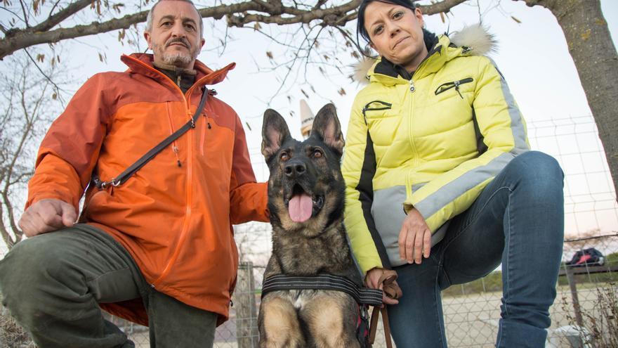 El entrenador Francisco Gijón, Silvia González y la perra Sugui, durante un entrenamiento.