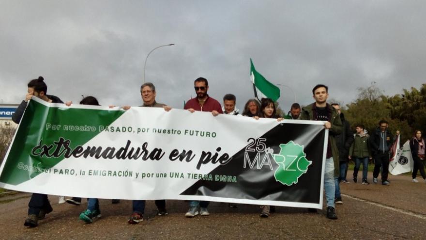 La marcha ciudadana partió desde el albergue juvenil hasta las calles del centro / @Asoc25demarzo