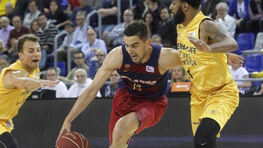 El base checo del FC Barcelona Lassa Tomas Satoransky (c) avanza ante el escolta estadounidense del Herbalife Gran Canaria DJ Seeley (d), durante el partido de la 32 jornada de la Liga ACB que se ha jugado en el Palau Blaugrana. EFE/Marta Pérez