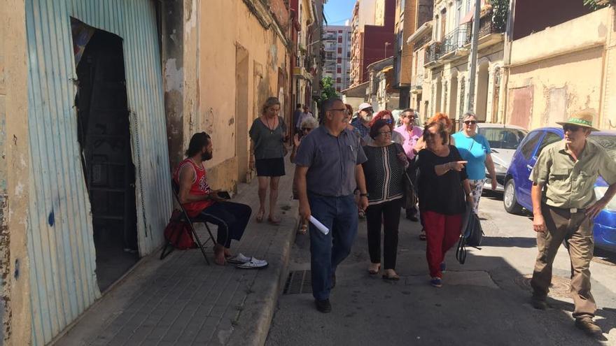 La presidenta de la Federación de Vecinos, María José Broseta (centro), junto a miembros de Salvem y de la asociación de vecinos del Cabanyal, en un visita al barrio