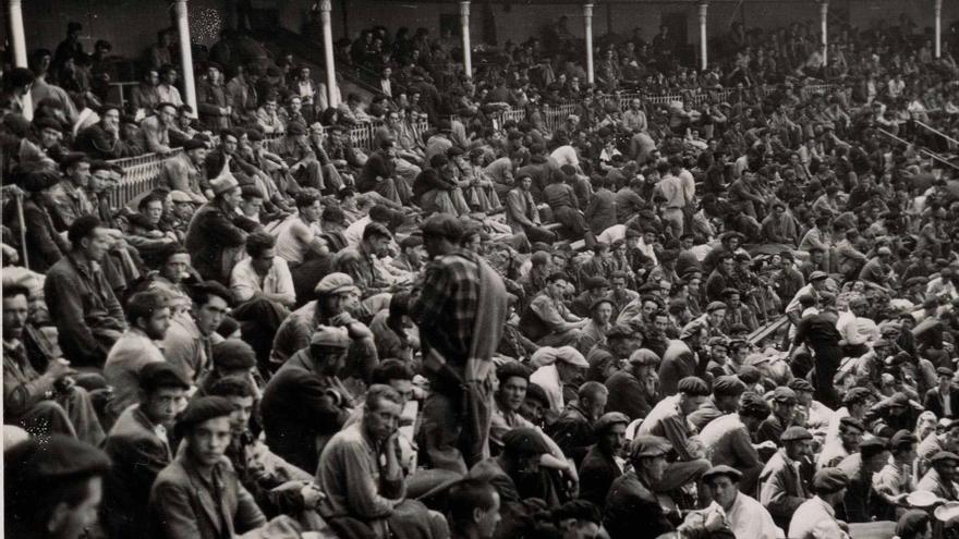 Los prisioneros abarrotan el campo de concentración habilitado en la plaza de toros de Santander (Biblioteca Nacional de España)