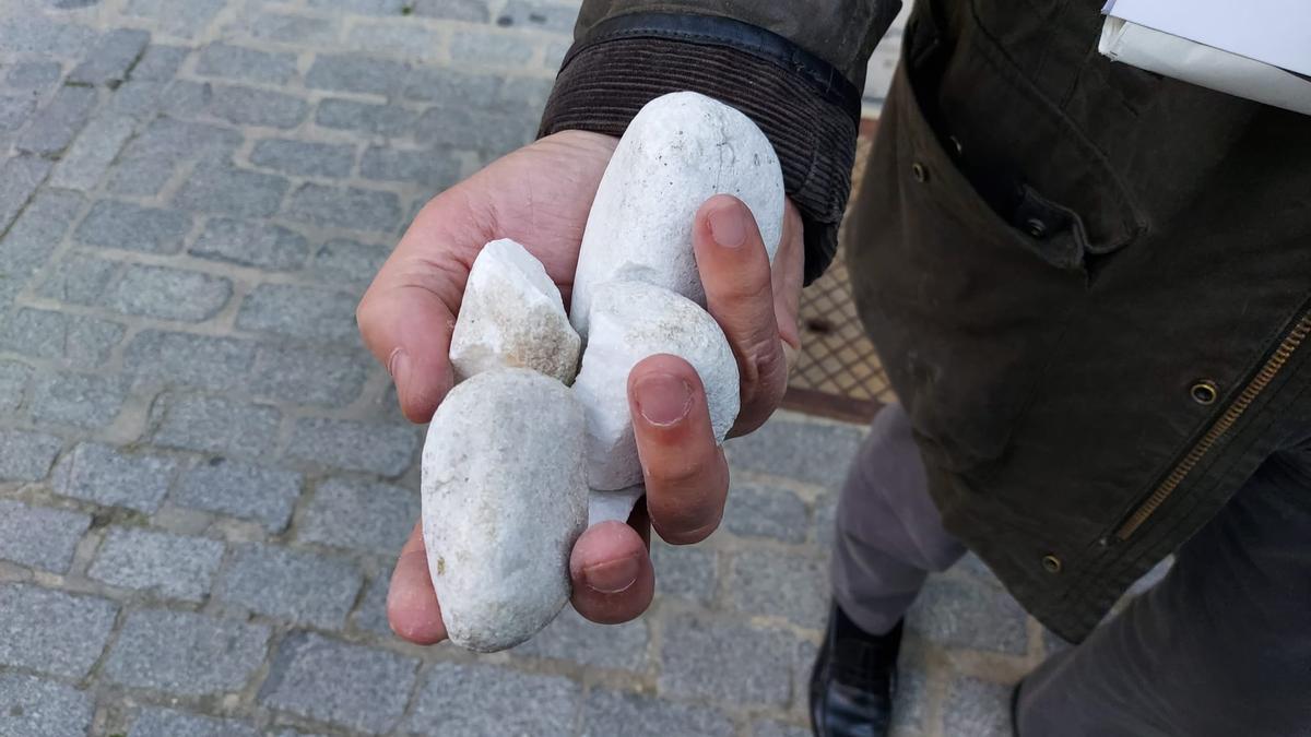 Piedras mostradas por Abascal en su perfil de Twitter.