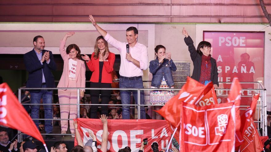 Pedro Sánchez celebra la victoria del PSOE en Ferraz.