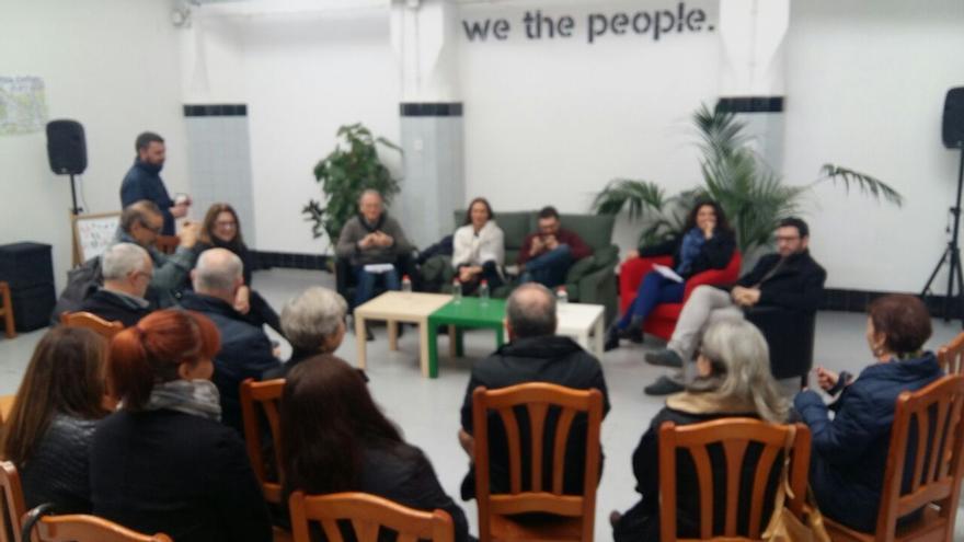"""Acto de presentación del documento """"Recuperar la ilusión"""" en la sede de Podemos en Valencia."""