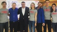 José Manuel Soria (segundo por la derecha), junto a uno de los consejeros delegados de Domingo Alonso Group. En el centro, con camisa blanca, el vicepresidente internacional de Ventas de Volkswagen, el jueves en Madrid.