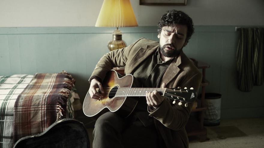 Oscar Isaac canta una canción en casa en 'A propósito de Llewyn Davis'