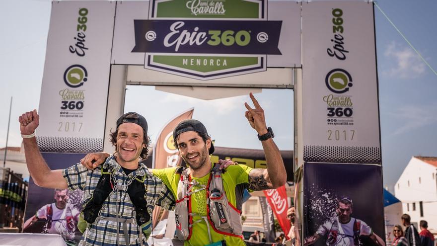 El equipo ganador, Txalategi Trail, tras cruzar la meta en Es Mercadal (© Oriol Batista).