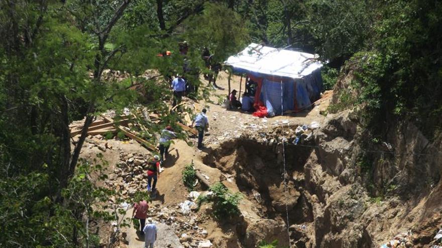 Rescatan cuerpos de dos mineros soterrados en una mina en Honduras