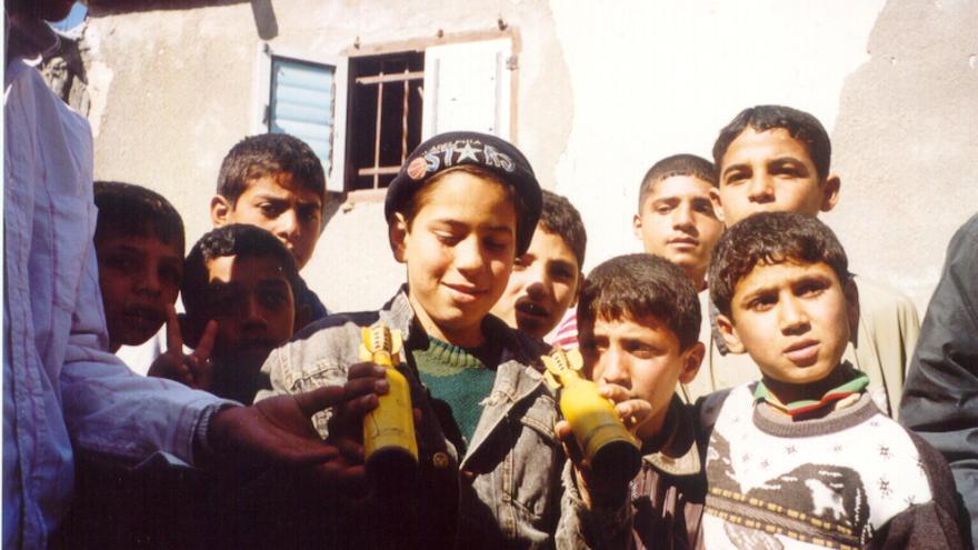 Niños jugando con proyectiles lanzados por el ejército israelí sobre Gaza en 2002. Copyright: María del Pozo