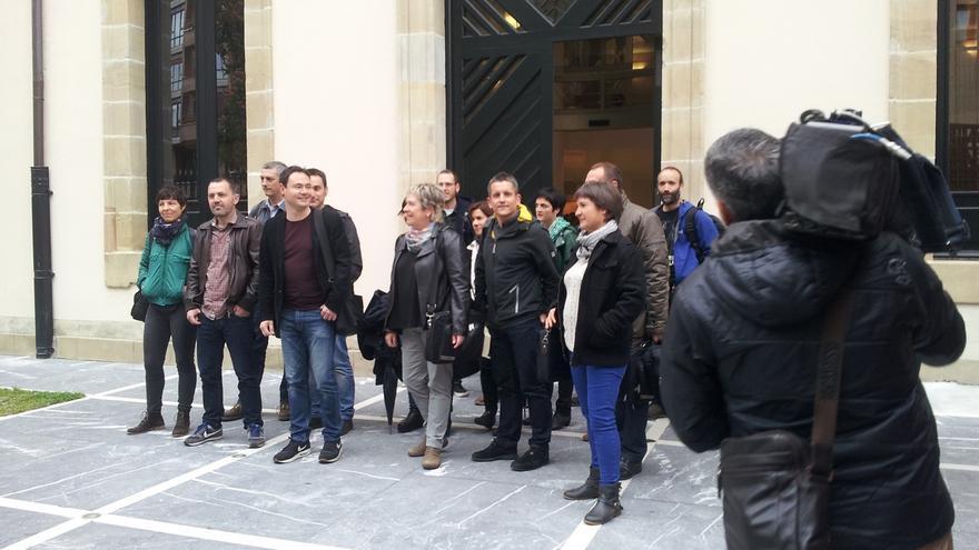 EH Bildu respalda a Arraiz a su llegada al Parlamento vasco, que deberá abandonar tras su inhabilitación