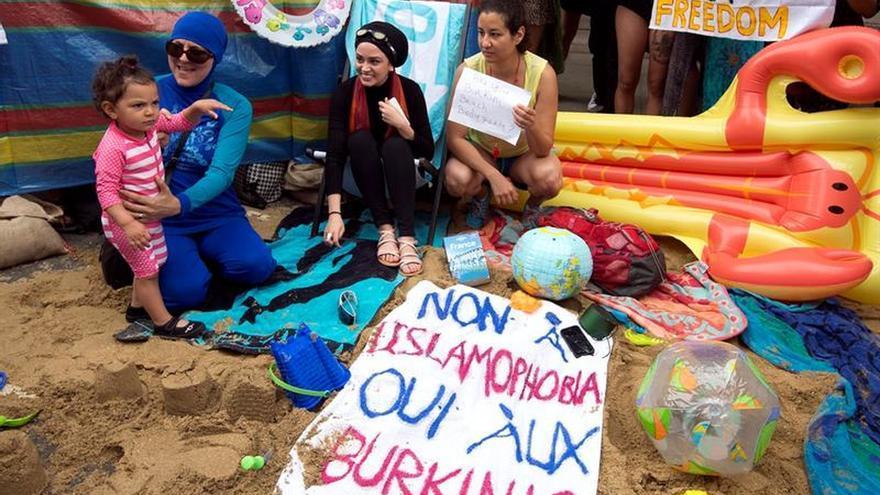 Defensoras del burkini convierten la Embajada francesa de Londres en una playa