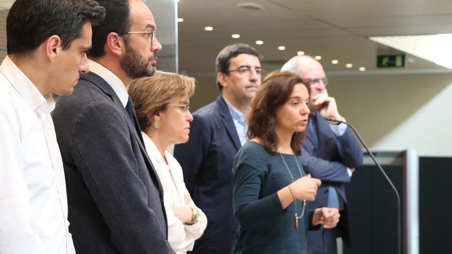 La secretaria general del PSOE-M, Sara Hernández, junto al responsable de organización de la gestora, Mario Jiménez, Ángel Gabilondo, Antonio Hernando y Puri Causapié, tras una ruenión en Ferraz.