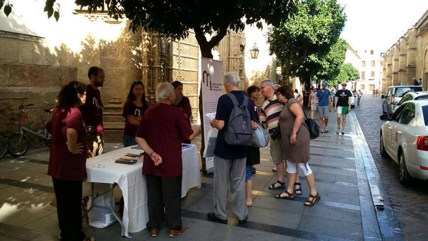 Mesa informativa ante la Mezquita-Catedral de Córdoba para explicar a los turistas la situación del monumento. (Foto. Plataforma Mezquita  Catedral Córdoba)
