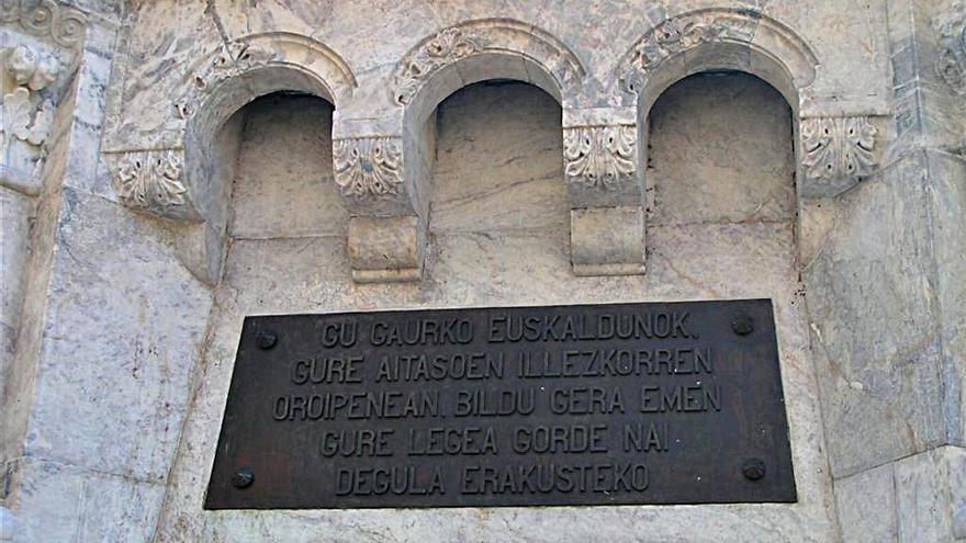 Inscripción en euskera del monumento a los Fueros de Navarra (Nosotros los vascos de hoy en homenaje y recordando a nuestros antepasados, nos hemos reunido aquí para demostrar que queremos conservar nuestra ley).