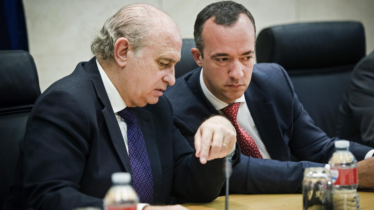 El ministro del Interior en 2015, Jorge Fernández Díaz (i), y el entonces secretario de Estado de Seguridad, Francisco Martínez (d)