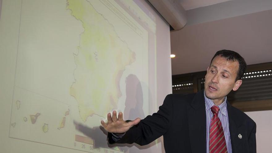 l delegado territorial en Canarias de la Agencia Estatal de Meteorología, Jesús Agüera Merino, durante la rueda de prensa hoy donde ha presentado el resumen del comportamiento del tiempo durante el invierno, a punto de terminar la estación. EFE/Ángel Medina G.