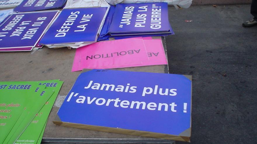 Carteles contra el aborto en una protesta.