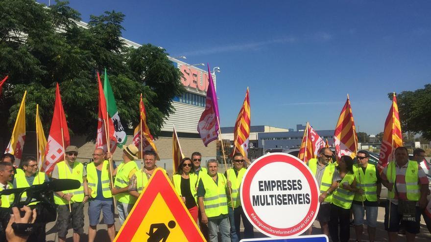 Un piquete de trabajadores protesta contra el uso de una empresa multiservicios