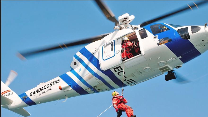 Imagen de un helicóptero guardacostas con grúa.