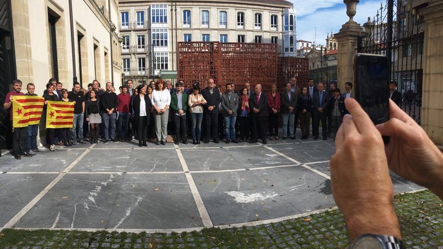 Concentración de PNV, EH Bildu y Elkarrekin Podemos contra los encarcelamientos de exmiembros del Govern.