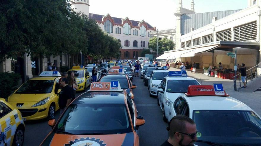 Concentración de coches de autoescuela en protesta por el funcionamiento de la DGT