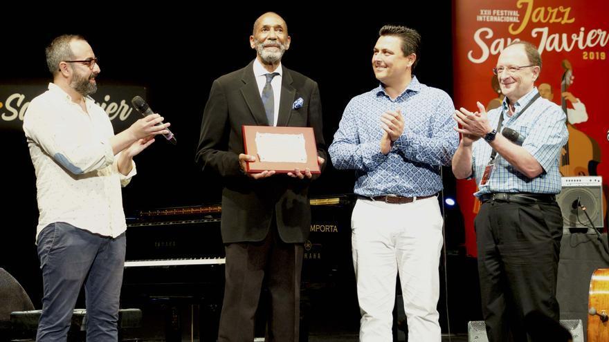 Momento en el que Ron Carter recibe el Premio del Festival. Junto a él, David Martínez, José Miguel Luengo, alcalde de San Javier, y el director del festival, Alberto Nieto