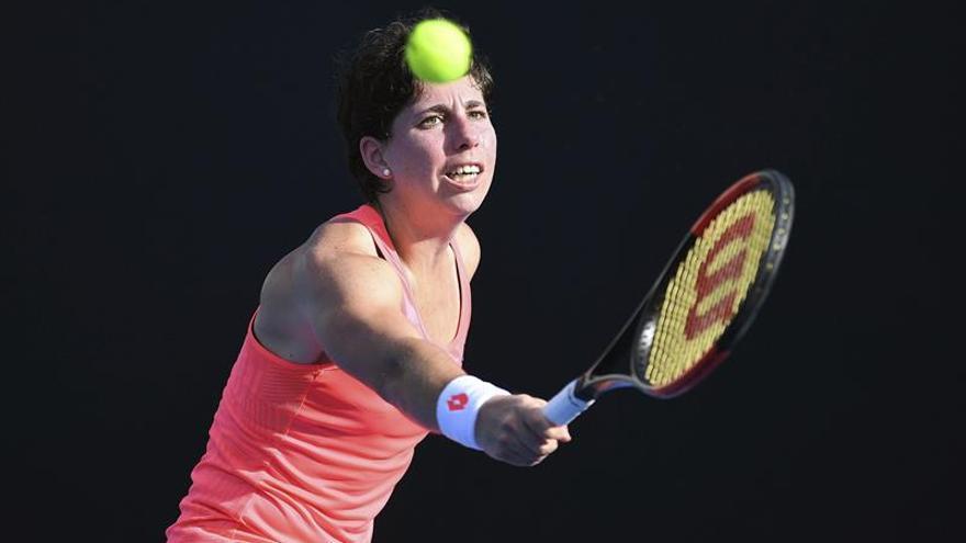 La española Carla Suárez devuelve una bola a la eslovaca Jana Cepelova en su partido de primera ronda del Abierto de tenis de Australia en Melbourne. EFE/Julian Smith