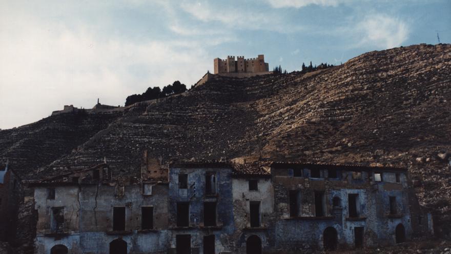 El pueblo viejo de Mequinenza fue destruido por la construcción del pantano de Riba-Roja; las previsiones fallaron y el agua nunca llegó a cubrir el núcleo.