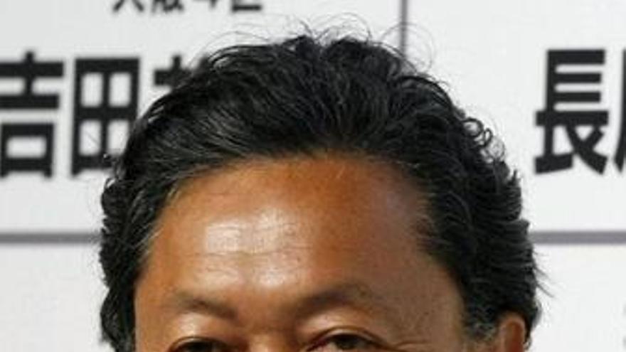 Hatoyama dice que se mantendrá en el cargo a pesar de las presiones