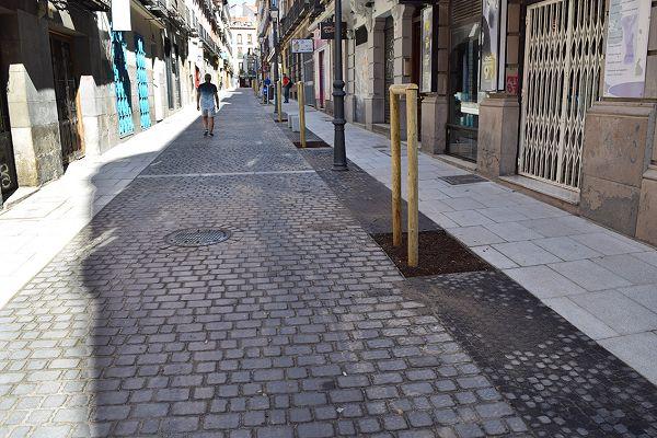 La nueva calle Hernán Cortés, con aceras más anchas, alcorques y asientos   Fotografía: Ayuntamiento de Madrid