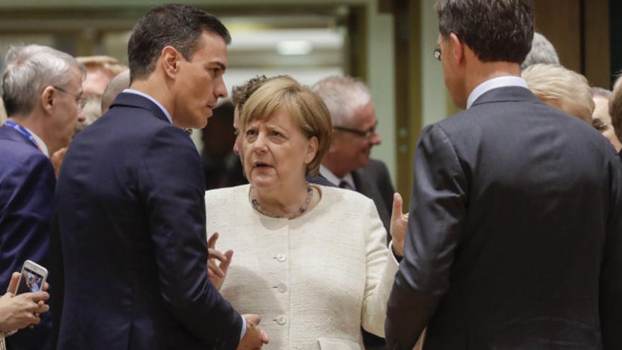 El presidente del Gobierno, Pedro Sánchez; la canciller alemana, Angela Merkel; y el primer ministro holandés, Mark Rutte, en Bruselas el 20 de junio de 2019.