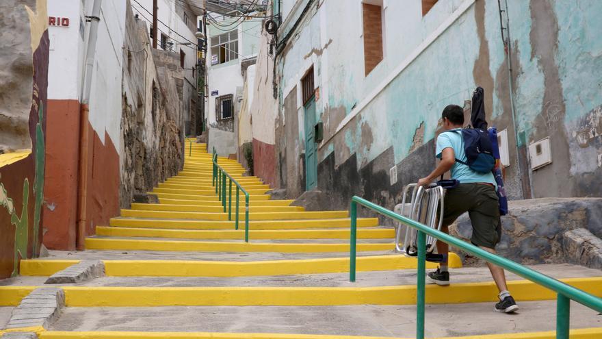 Escalinatas en la calle Nogal pintadas de amarillo