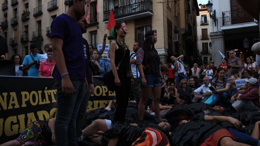 La manifestación ha concluido con una performance y un emotivo minuto de silencio. Foto: Alberto Ortiz