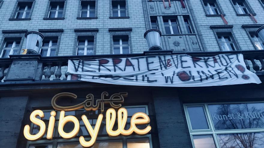 Pancartas de protesta para la remunicipalización de edificios en la Karl Marx Allee, gran avenida que se extiende en Berlín.