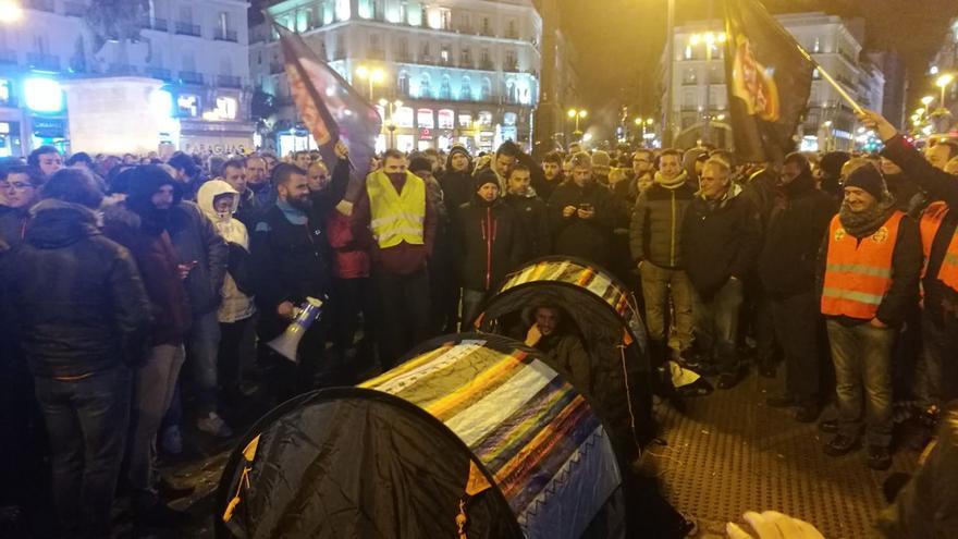 Algunos de los taxistas de Madrid que han acampado en la Puerta del Sol este jueves