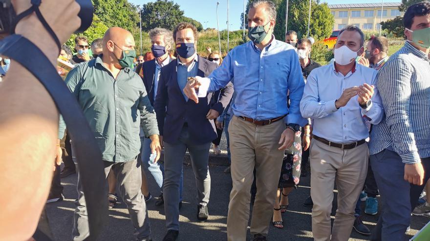 El portavoz de Vox en el Congreso, Iván Espinosa de los Monteros, y el secretario general de Vox, Javier Ortega Smith, a su entrada en un mitin.