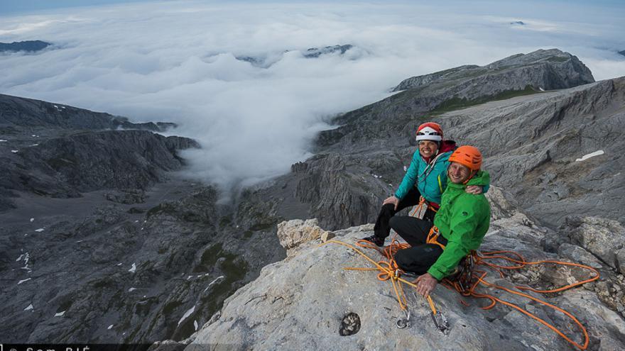 Cédric Lachat y Nina Caprez en la cima de 'Orbayu'.