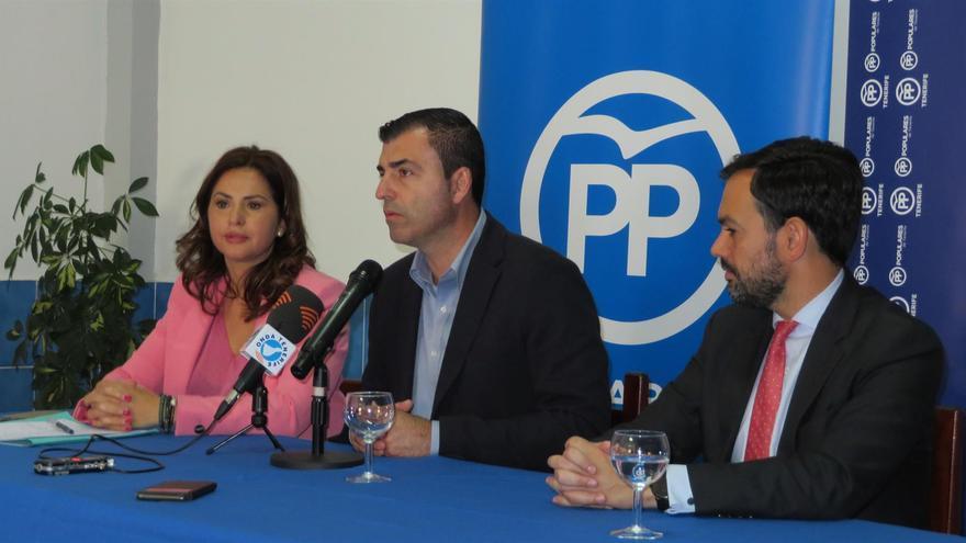Águeda Fumero, este viernes, con Manuel Domínguez a su lado y luego Lope Afonso