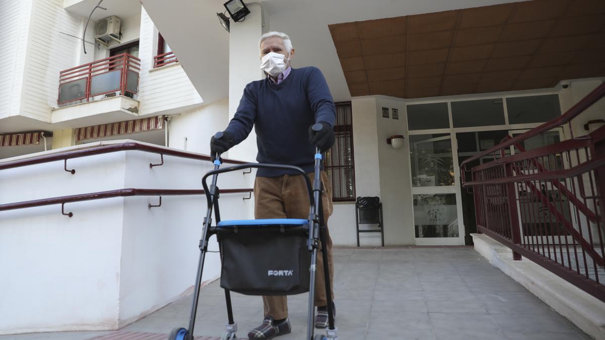 Archivo - Un anciano sale de un centro residencial para mayores