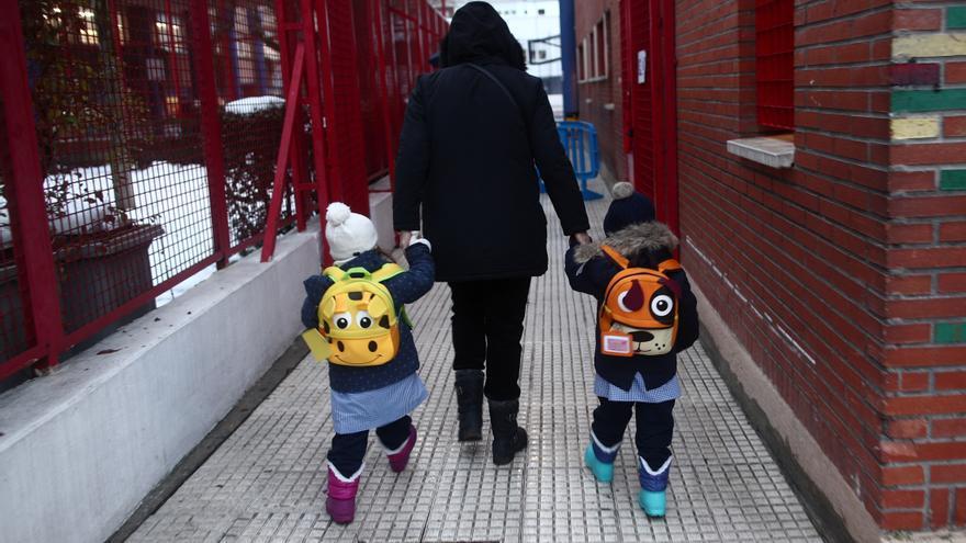 Dos alumnos entrando a un colegio.