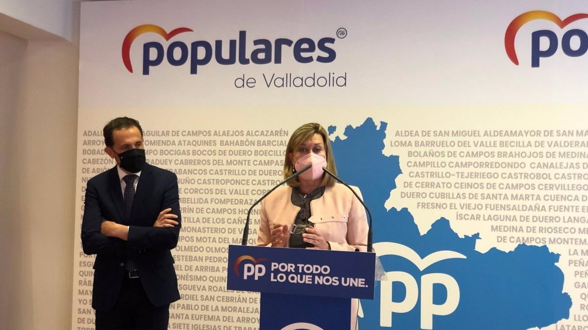 Pilar del Olmo interviene en rueda de prensa acompañada de Conrado Íscar.
