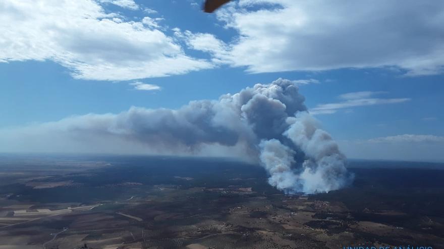 Una treintena de bomberos continúa trabajando para extinguir el incendio de Paterna