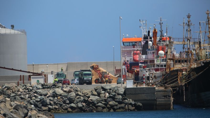Desembarco de arena saharaui en el Puerto de Arinaga